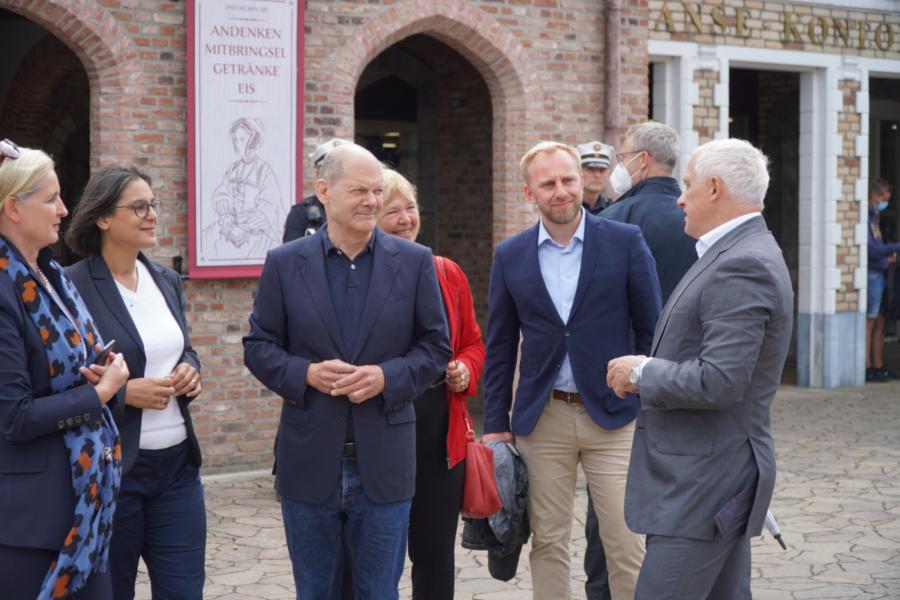 Eine Gruppe um Olaf Scholz im Hansapark